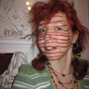 Ich bin Zeichnerin und mein Motto ist jeden Tag eine Linie. Da paßt natürlich das Streifenshirt hervorragend. Auf diesem Bild sitze ich vor meinen Zeichnungen und damit mein Gesicht nicht so blaß ist, habe ich die Streifen mit meinem Lippenstift gleich hochgezogen. :-)