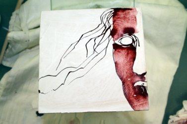 Durch die Zeichnung auf Glas in den Raum hinein